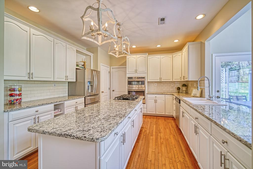 KITCHEN ISLAND - 10896 HUNTER GATE WAY, RESTON