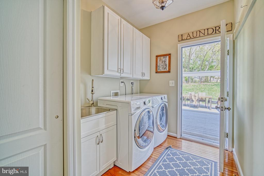 SEPARATE MAIN LEVEL LAUNDRY WITH OUTSIDE ENTRY - 10896 HUNTER GATE WAY, RESTON