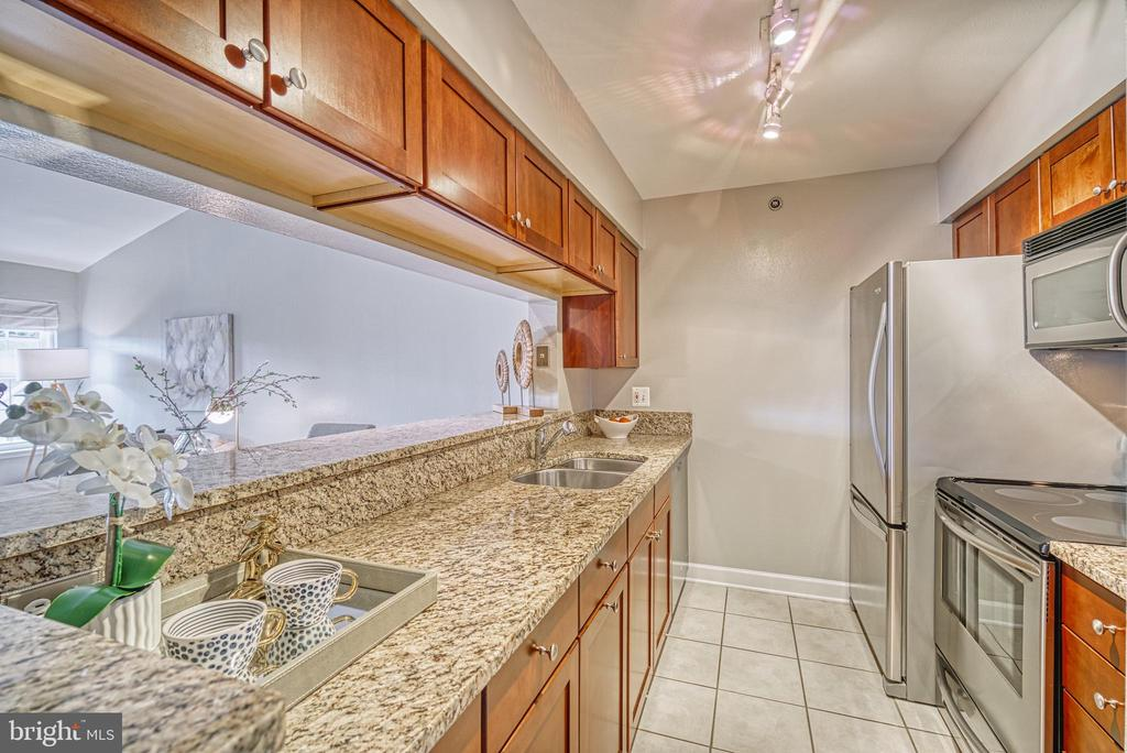 Upgraded kitchen with granite and cabinetry - 3315 WYNDHAM CIR #4226, ALEXANDRIA