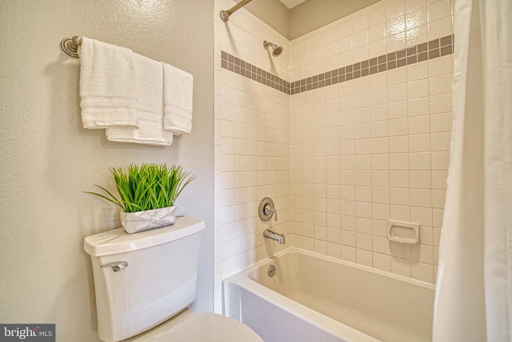 Bathroom access to both bedroom and hall - 3315 WYNDHAM CIR #4226, ALEXANDRIA