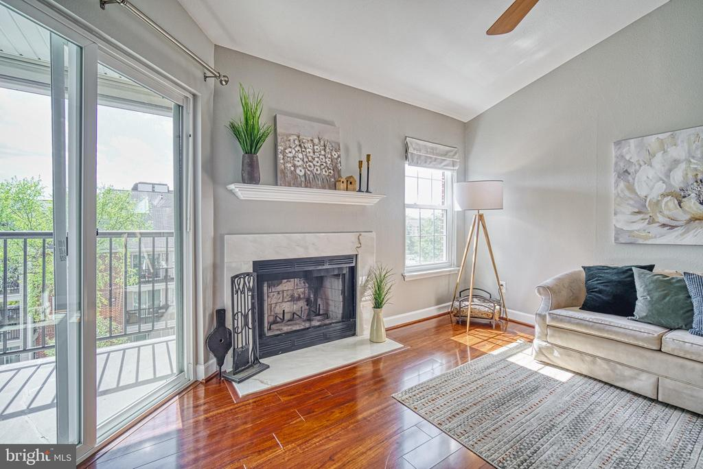 Lots of light and wood-burning fireplace - 3315 WYNDHAM CIR #4226, ALEXANDRIA