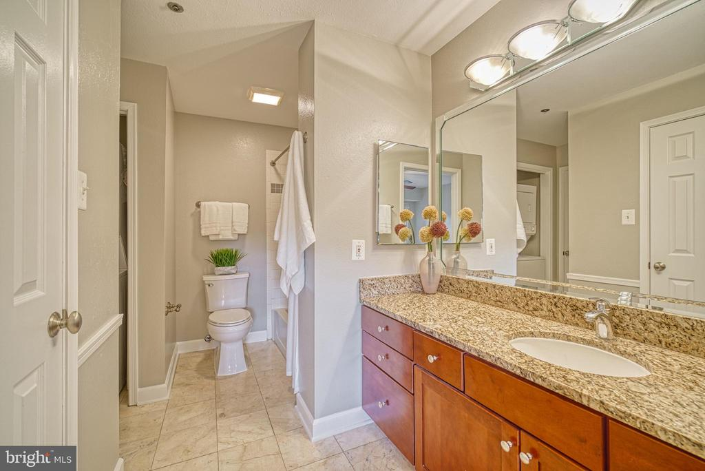 Large vanity space with walk-in closet - 3315 WYNDHAM CIR #4226, ALEXANDRIA