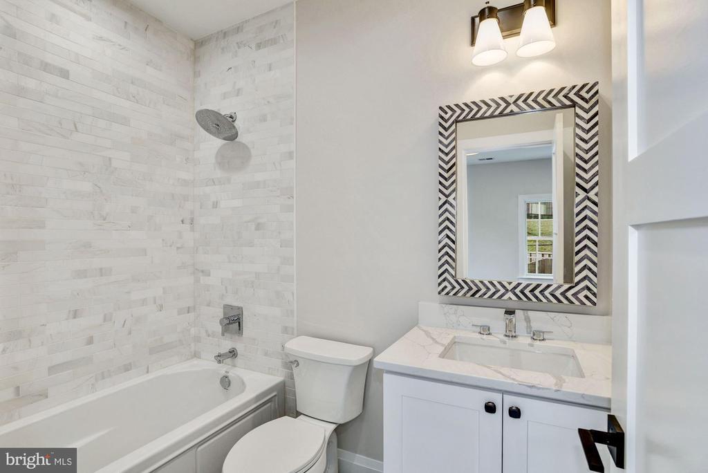 En suite bathroom bedroom #2 - 1916 RHODE ISLAND AVE, MCLEAN