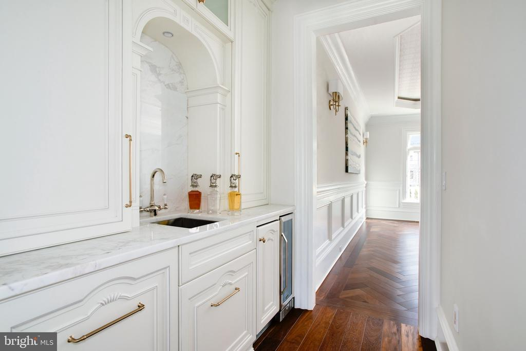 Butlers pantry or wet bar to service dining room - 3301 FESSENDEN ST NW, WASHINGTON
