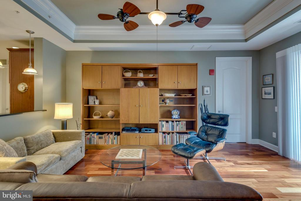 Comfortable living room with custom ceiling fan - 1915 TOWNE CENTRE BLVD #410, ANNAPOLIS