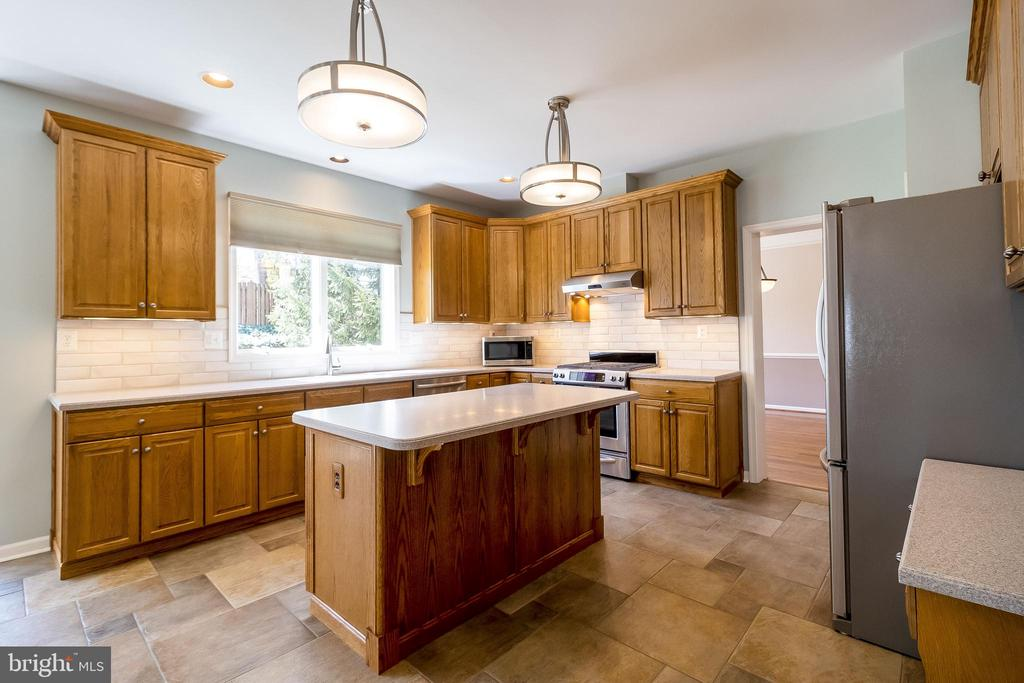Terrific counter space, Stainless Steel appliances - 1508 JUDD CT, HERNDON
