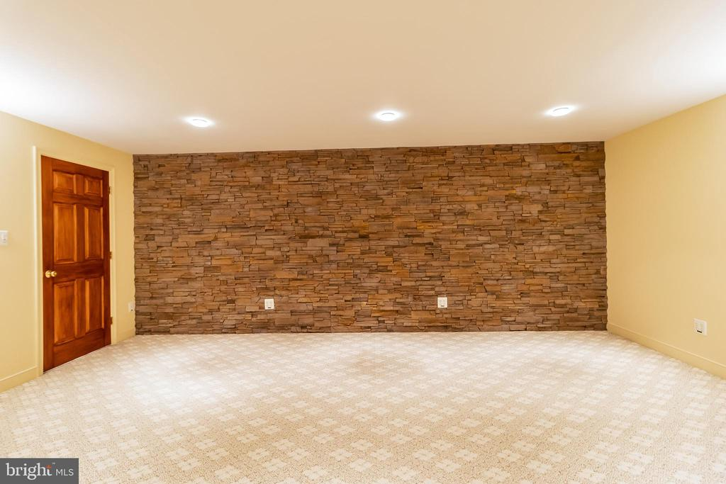 Gorgeous Feature Wall - 1508 JUDD CT, HERNDON
