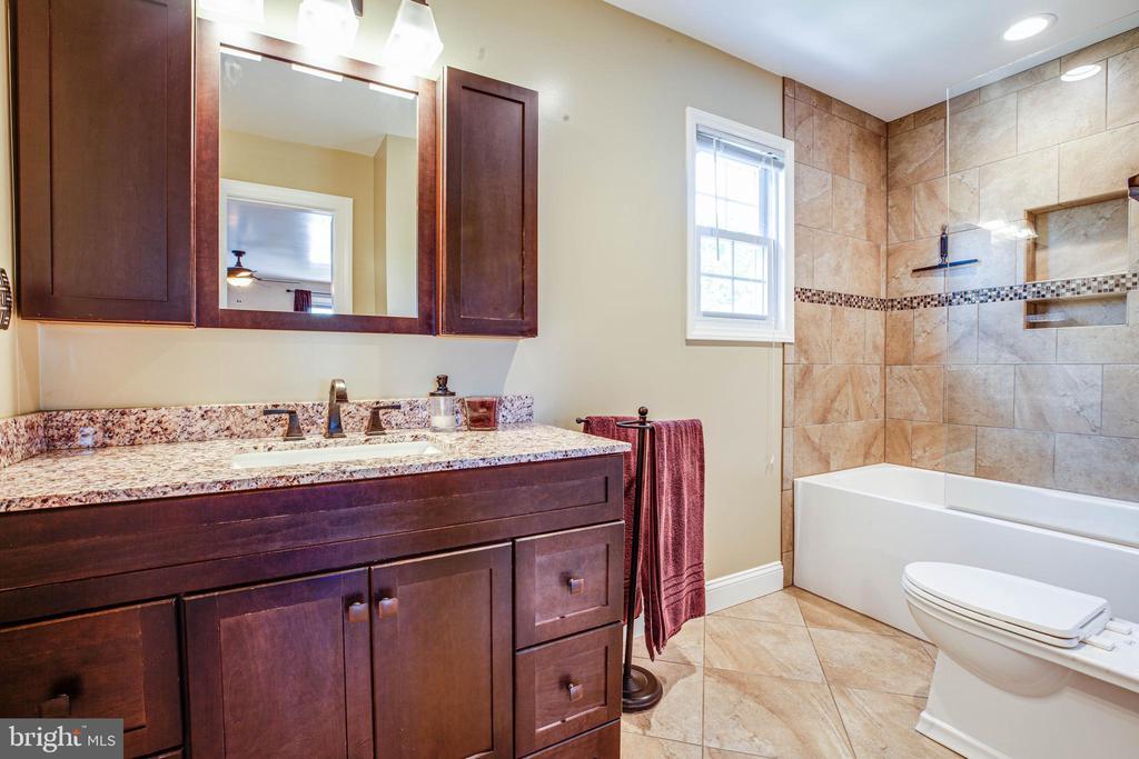 Master bath w soaking tub and wall inserts - 6055 PONHILL DR, WOODBRIDGE