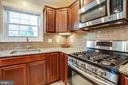 A cook's dream w gas stove, pullouts, self-close - 6055 PONHILL DR, WOODBRIDGE