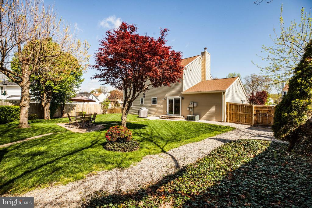 You'll think a professional did the landscaping - 6055 PONHILL DR, WOODBRIDGE