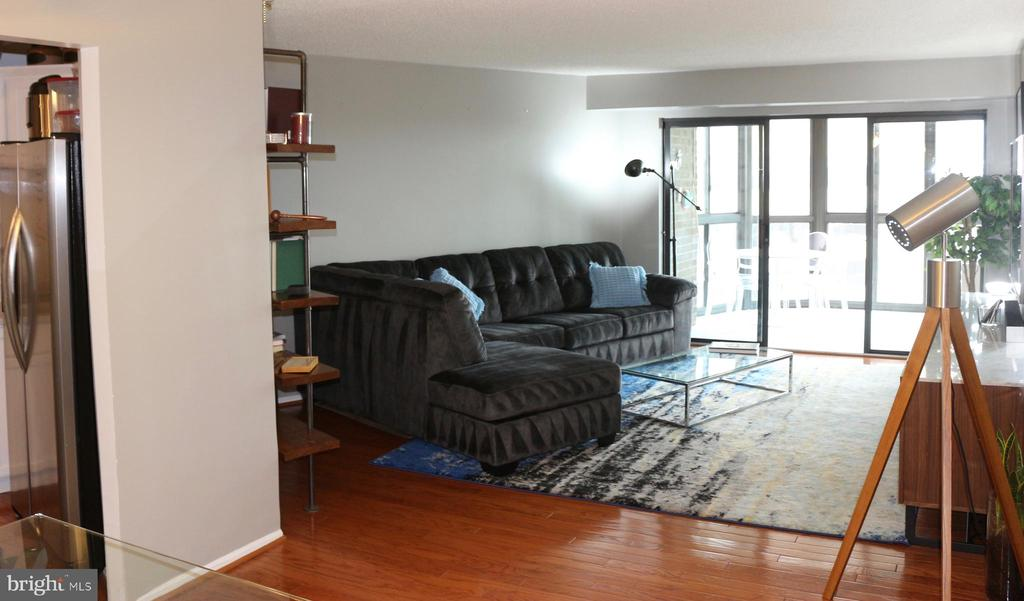 Looking into Living rm from Foyer onto Sun Porch - 1600 N OAK ST #809, ARLINGTON