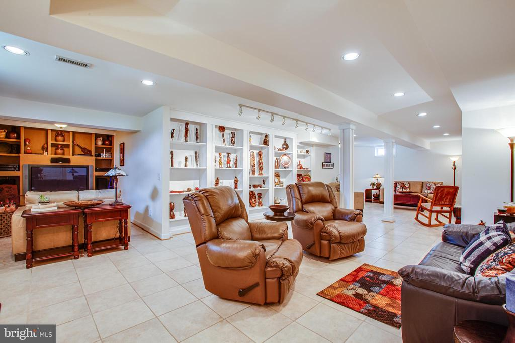 Finished basement with lots of built ins - 5625 E KESSLERS XING, FREDERICKSBURG