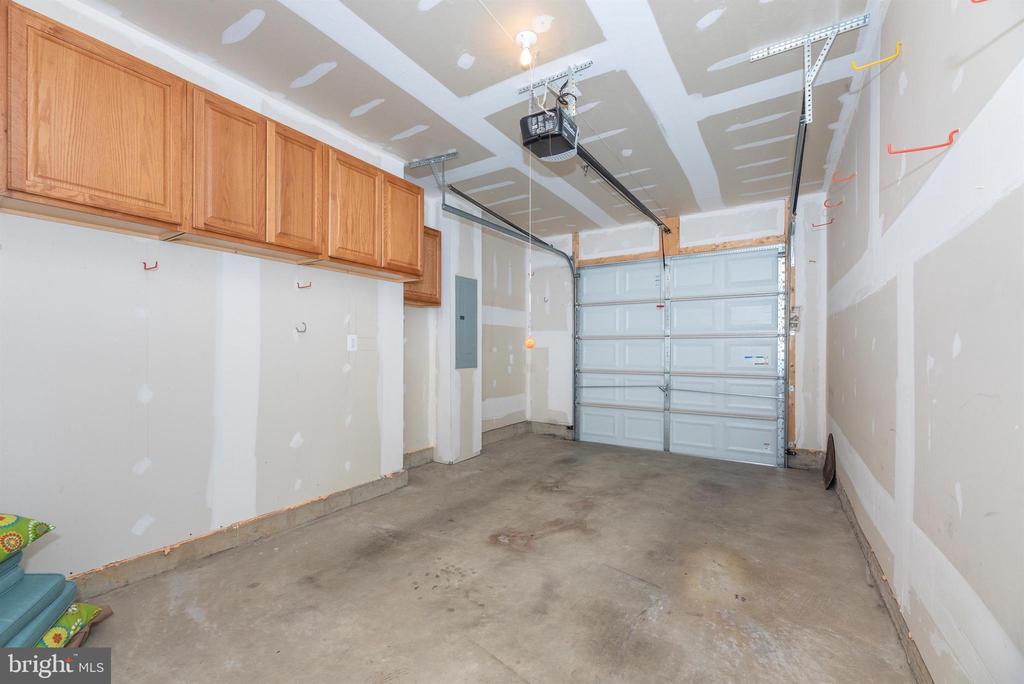 Squeaky clean attached garage - 6434 ALAN LINTON BLVD E, FREDERICK