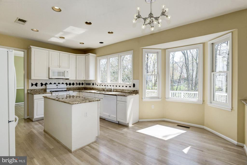 Bay window with break fast nook facing windows - 2421 MILL HEIGHTS DR, HERNDON