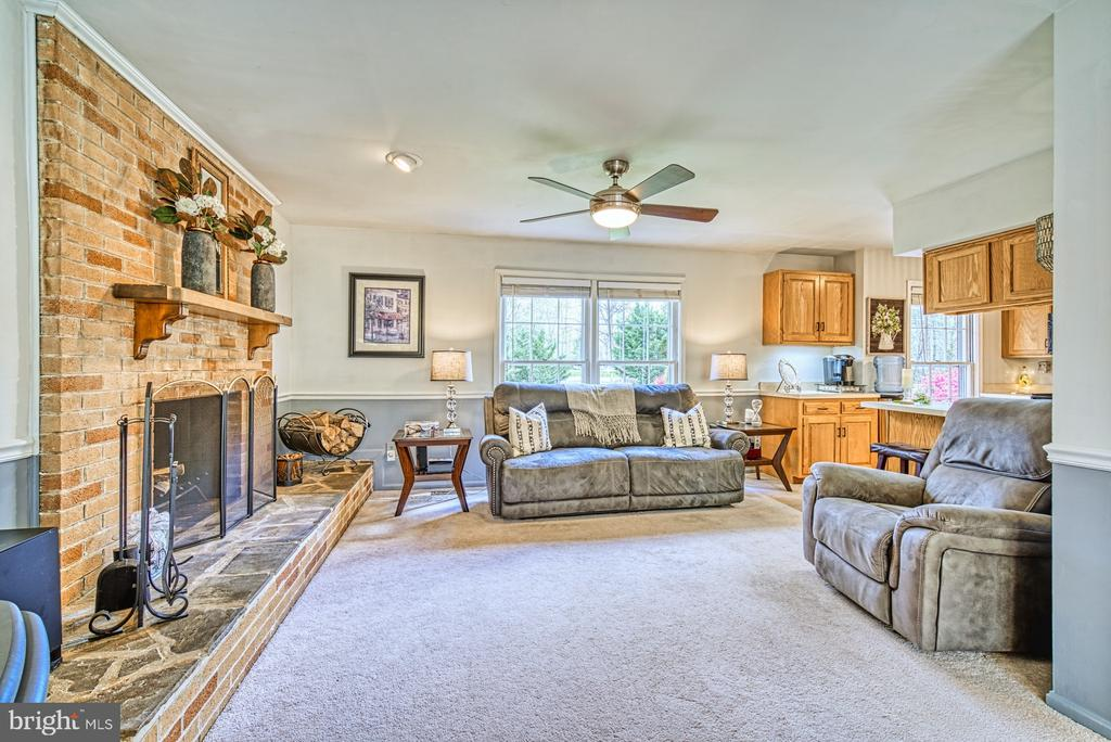 Cozy family room off kitchen - 11610 HENDERSON RD, CLIFTON