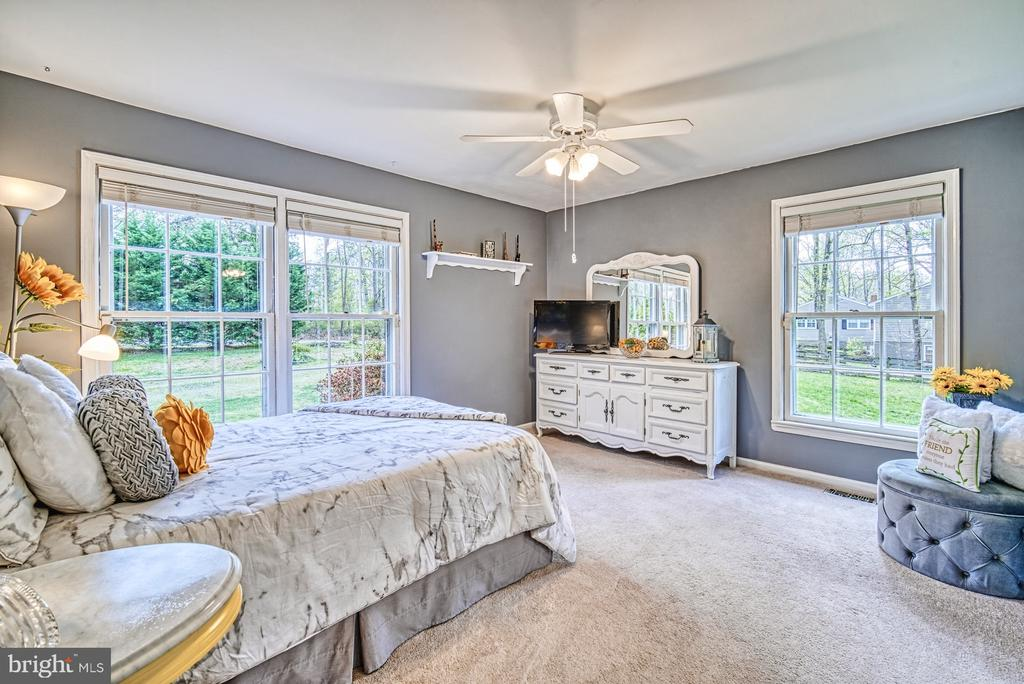 Bedroom 2 is light and bright - 11610 HENDERSON RD, CLIFTON