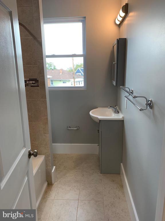 Top Floor Full Bath - 3112 ALABAMA AVE SE, WASHINGTON