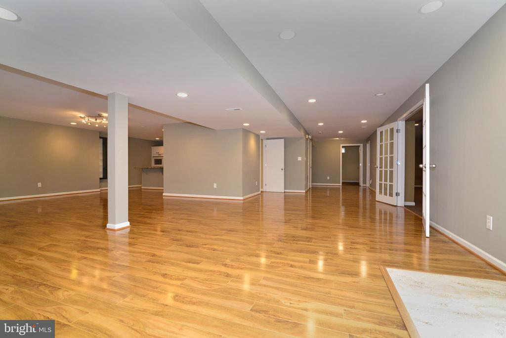 lower level has lot of recessed lights - 13247 MIDDLETON FARM LN, HERNDON