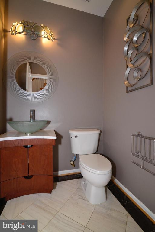 Elegant powder room - 13247 MIDDLETON FARM LN, HERNDON