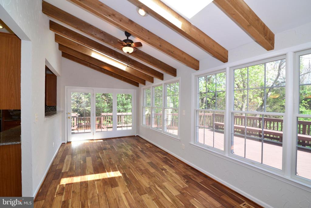 sun room off kitchen with skylights and - 13247 MIDDLETON FARM LN, HERNDON