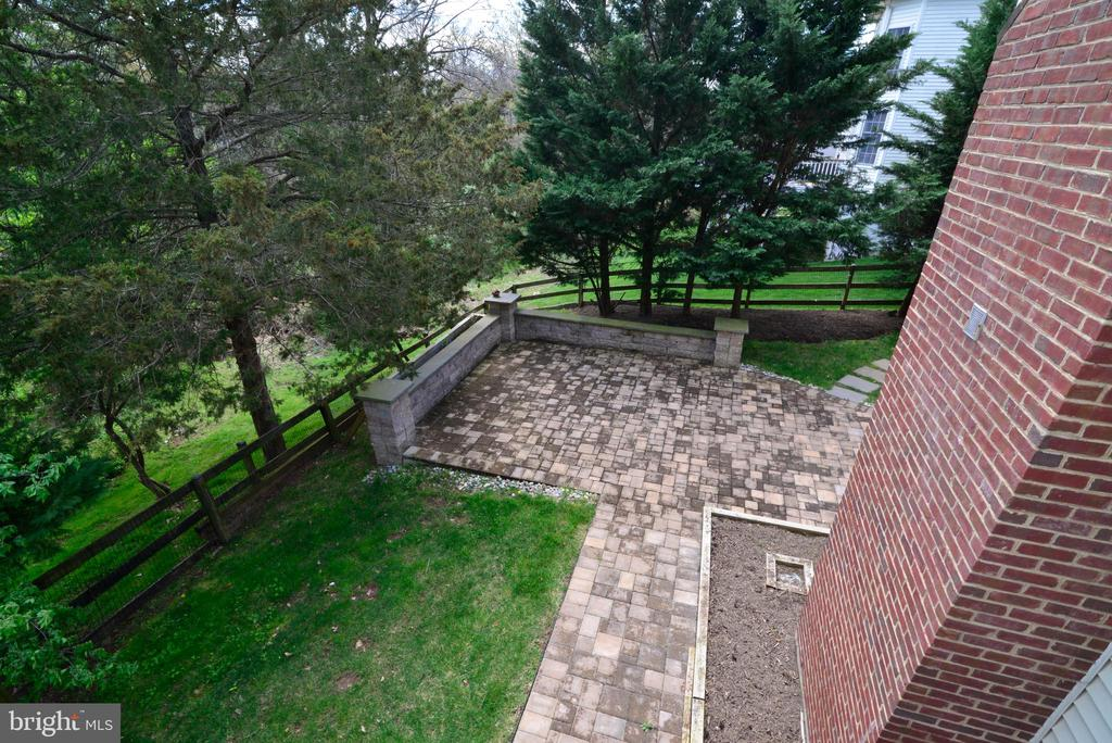 view or fenced yard from deck - 13247 MIDDLETON FARM LN, HERNDON