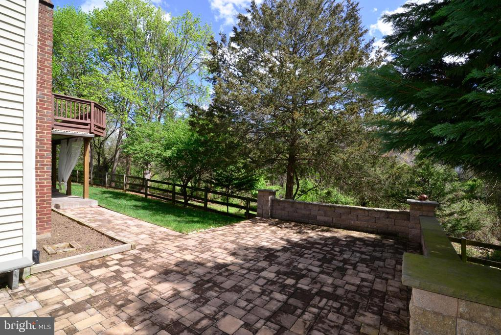 Paver lower patio with wall - 13247 MIDDLETON FARM LN, HERNDON