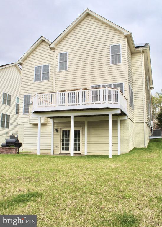 Professionally manicured lawn-covered patio - 4025 BRIDLE RIDGE RD, UPPER MARLBORO