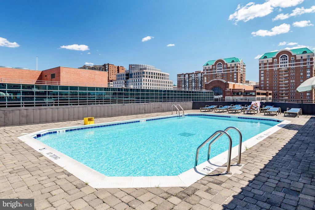 Rooftop pool - 1001 N VERMONT ST #310, ARLINGTON