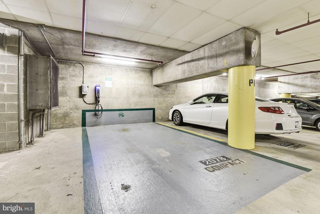 Electric car charging station - 1001 N VERMONT ST #310, ARLINGTON