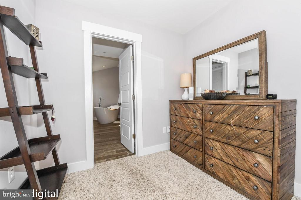 Master walk-in closet. - 4736 OLD MIDDLETOWN RD, JEFFERSON