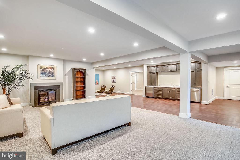 Walk-out Lower Level Rec Room w/ Wet Bar - 1936 FRANKLIN AVE, MCLEAN