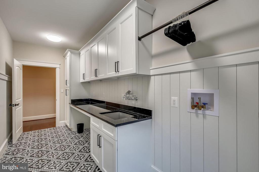 Bedroom Level Custom Laundry Room - 1936 FRANKLIN AVE, MCLEAN