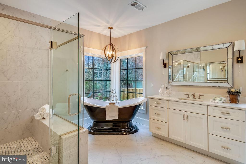 Owner's Bath w/Soaking Tub - 1936 FRANKLIN AVE, MCLEAN