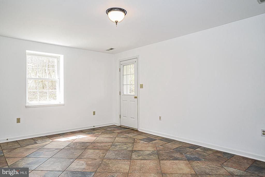 Living room with ceramic tile floor - 437 WINDWOOD LN, PARIS