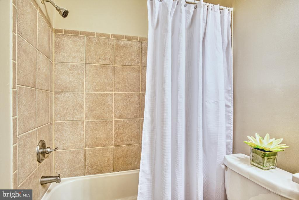 Gorgeous bathroom updated throughout - 3200 S 28TH ST #404, ALEXANDRIA