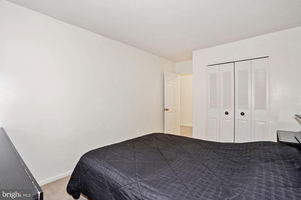 Amble size bedroom - 3005 SEVEN OAKS PL, FALLS CHURCH