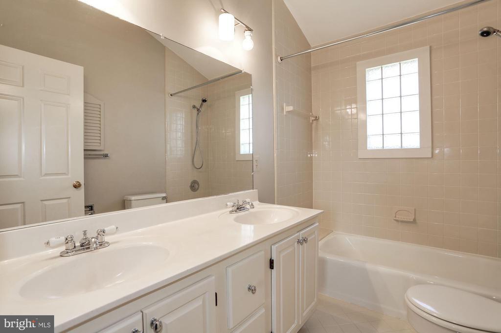 Secondary Bath 3 - 1301 19TH RD S, ARLINGTON