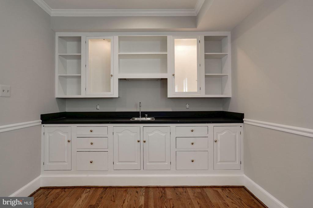 Family Room Bar - 1301 19TH RD S, ARLINGTON