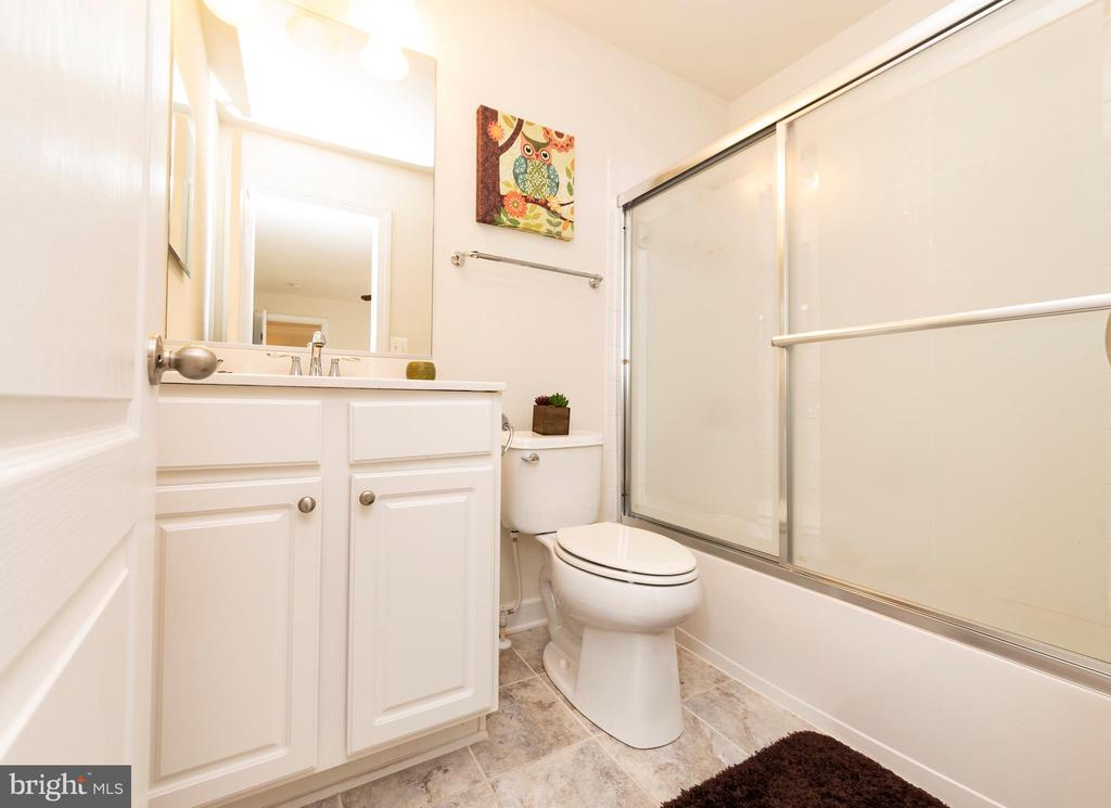 Full Bathroom in Bedroom #3 - 812 MORAN DR, ANNAPOLIS
