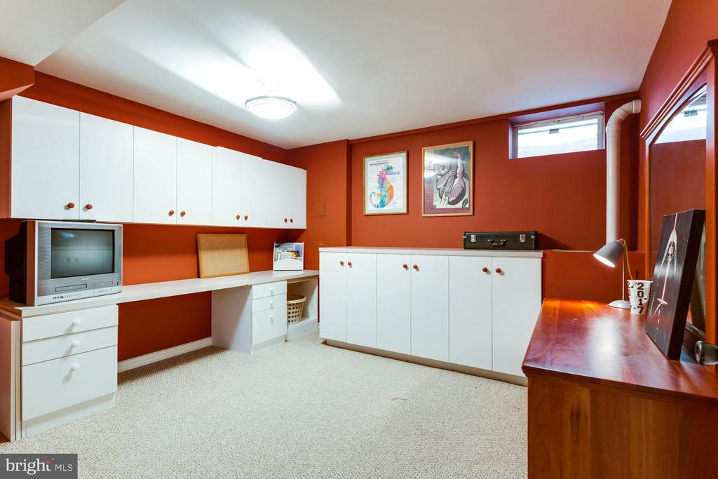 Always wanted a crafts room? Here it is! - 10892 HUNTER GATE WAY, RESTON