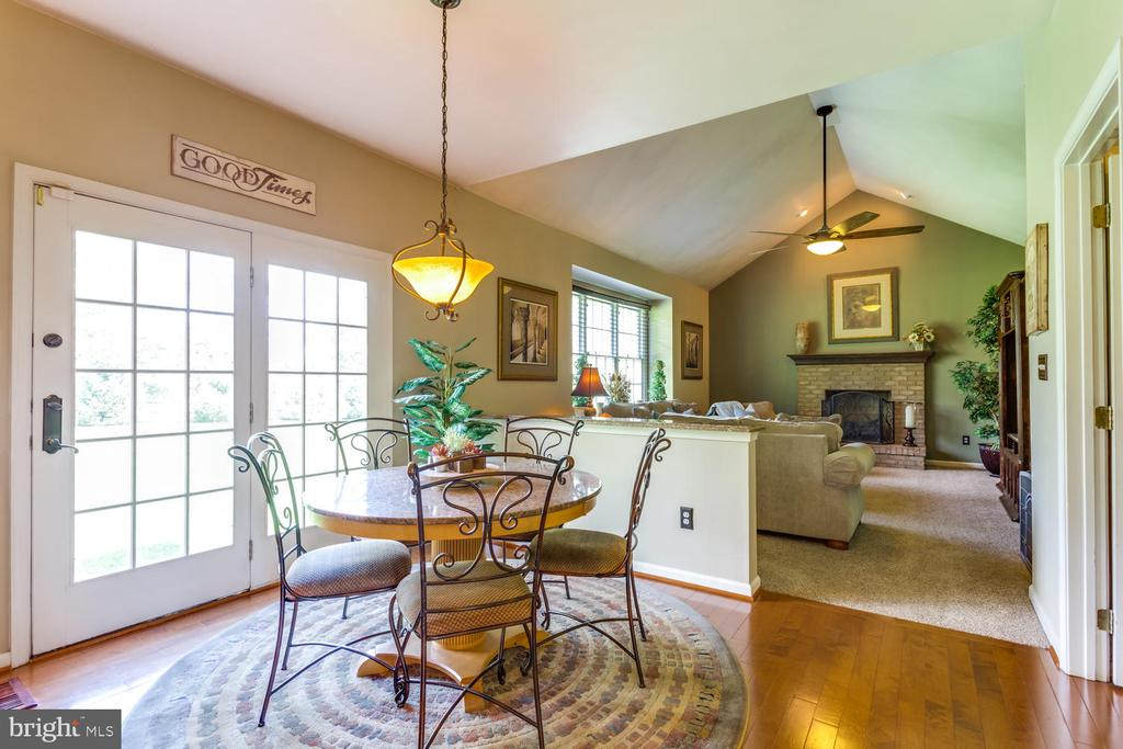 Bright breakfast room walks out to back yard - 10892 HUNTER GATE WAY, RESTON