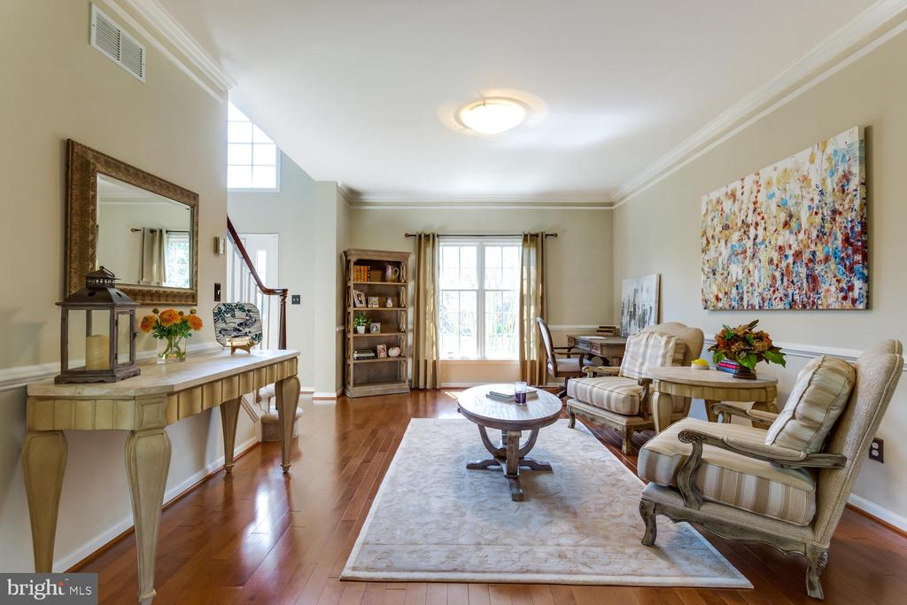 Elegant crown and shoe moldings, 12 ft ceilings - 10892 HUNTER GATE WAY, RESTON