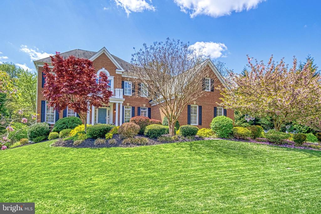 Gorgeous trees, landscaping and yard!  WOW! - 2704 SILKWOOD CT, OAKTON
