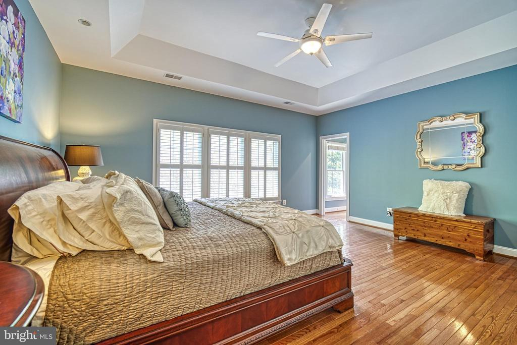 So much room and light in your master bedroom - 2704 SILKWOOD CT, OAKTON