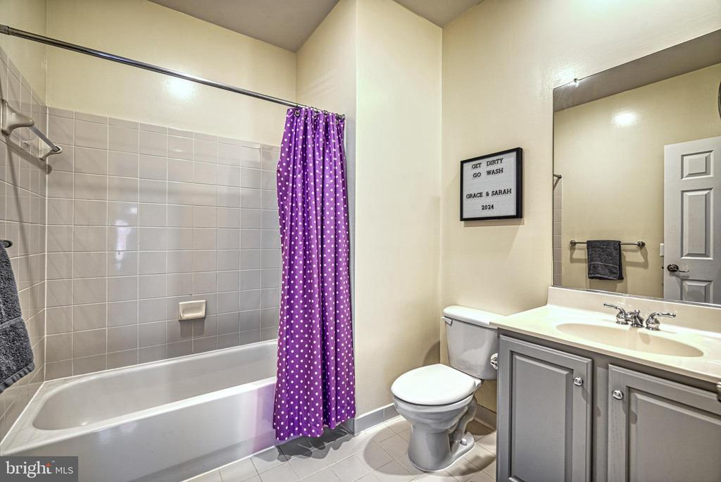 Full bath with tub and shower in 2nd bedroom - 2704 SILKWOOD CT, OAKTON