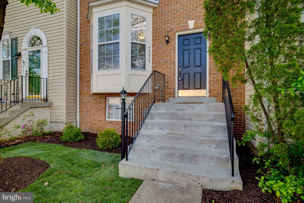 New landscaping - 43059 CANDLEWICK SQ, LEESBURG