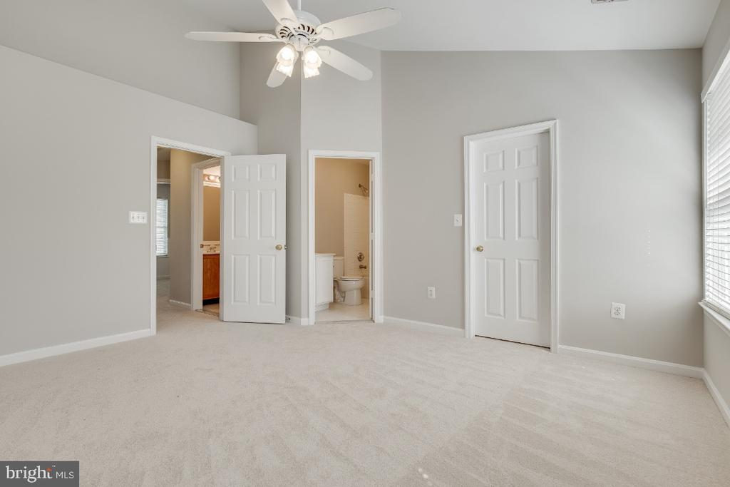 Large Master Bedroom - 43059 CANDLEWICK SQ, LEESBURG