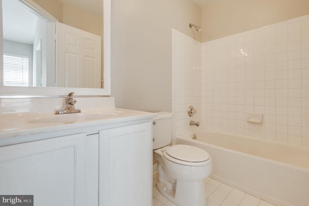 Hall Full Bathroom - 43059 CANDLEWICK SQ, LEESBURG