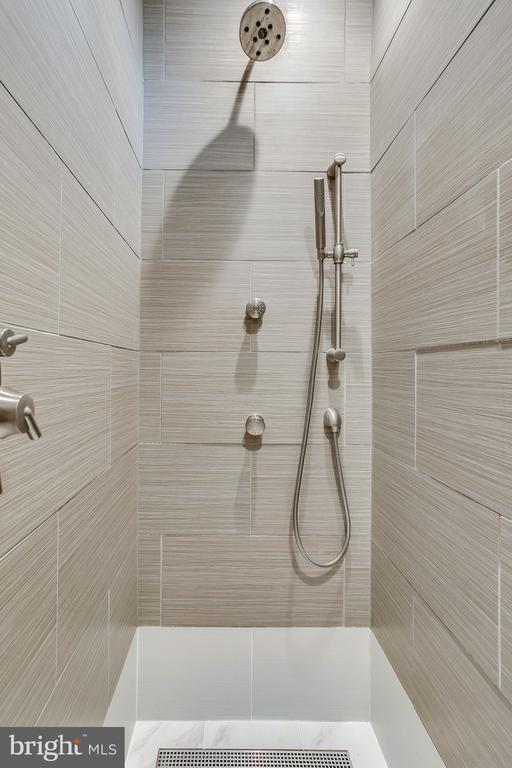 Time for a luxurious shower in basement suite - 19862 LA BETE CT, ASHBURN