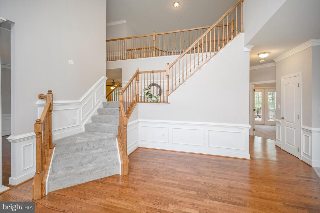 Foyer staircase - 42 LIGHTFOOT DR, STAFFORD